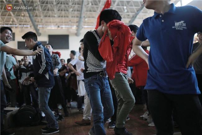 Chùm ảnh: Khoảnh khắc U23 Việt Nam gỡ hòa trong những phút cuối, hàng triệu người đã nắm tay, ôm nhau hạnh phúc nhường này - Ảnh 5.