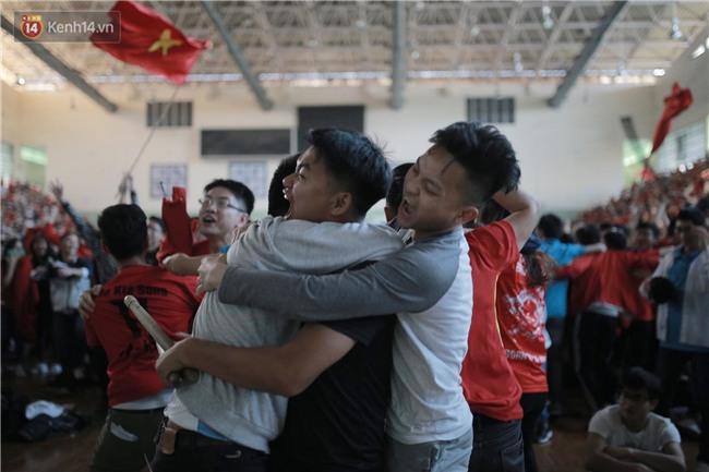 Chùm ảnh: Khoảnh khắc U23 Việt Nam gỡ hòa trong những phút cuối, hàng triệu người đã nắm tay, ôm nhau hạnh phúc nhường này - Ảnh 6.