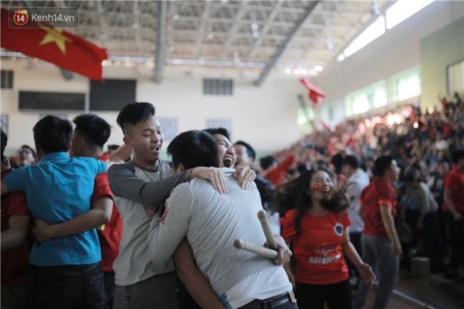 Chùm ảnh: Khoảnh khắc U23 Việt Nam gỡ hòa trong những phút cuối, hàng triệu người đã nắm tay, ôm nhau hạnh phúc nhường này - Ảnh 7.