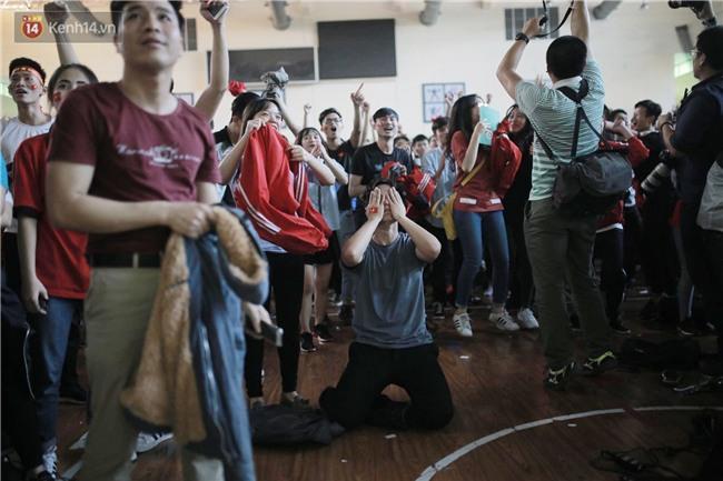 Chùm ảnh: Khoảnh khắc U23 Việt Nam gỡ hòa trong những phút cuối, hàng triệu người đã nắm tay, ôm nhau hạnh phúc nhường này - Ảnh 8.