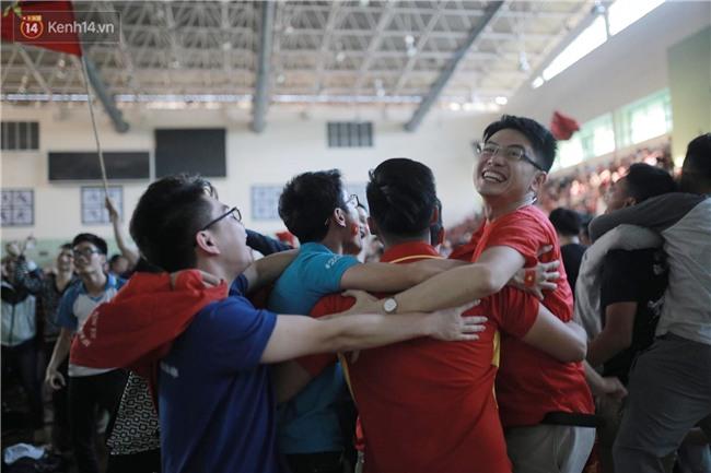 Chùm ảnh: Khoảnh khắc U23 Việt Nam gỡ hòa trong những phút cuối, hàng triệu người đã nắm tay, ôm nhau hạnh phúc nhường này - Ảnh 9.