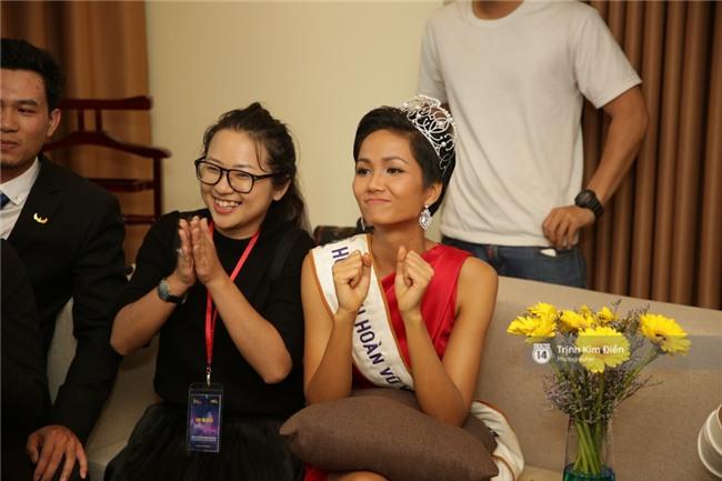 Clip: Hoa hậu HHen Niê hồi hộp, vỡ oà hạnh phúc trước chiến thắng của đội tuyển của U23 - Ảnh 2.