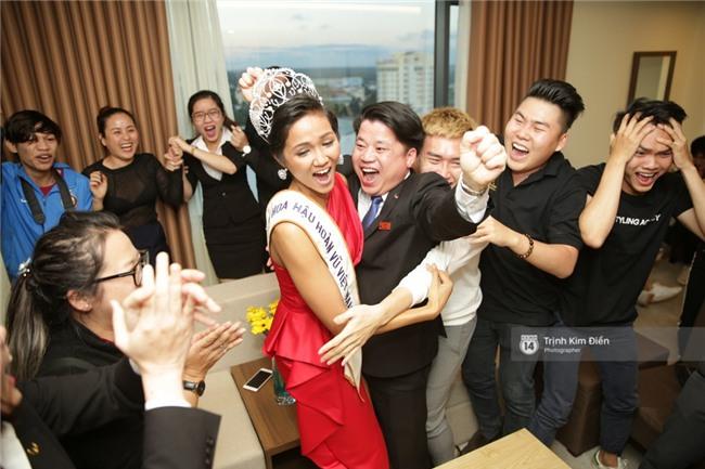 Clip: Hoa hậu HHen Niê hồi hộp, vỡ oà hạnh phúc trước chiến thắng của đội tuyển của U23 - Ảnh 11.