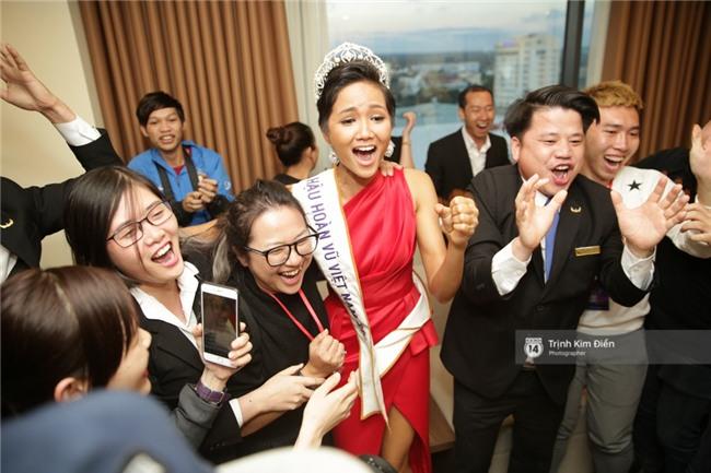 Clip: Hoa hậu HHen Niê hồi hộp, vỡ oà hạnh phúc trước chiến thắng của đội tuyển của U23 - Ảnh 12.
