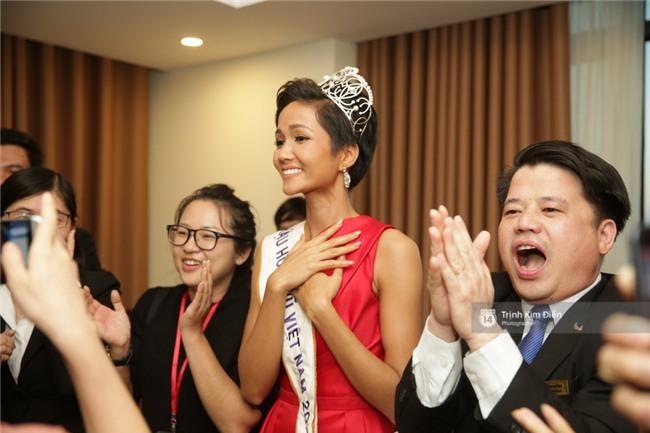 Clip: Hoa hậu HHen Niê hồi hộp, vỡ oà hạnh phúc trước chiến thắng của đội tuyển của U23 - Ảnh 13.