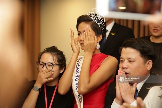 Clip: Hoa hậu HHen Niê hồi hộp, vỡ oà hạnh phúc trước chiến thắng của đội tuyển của U23 - Ảnh 15.