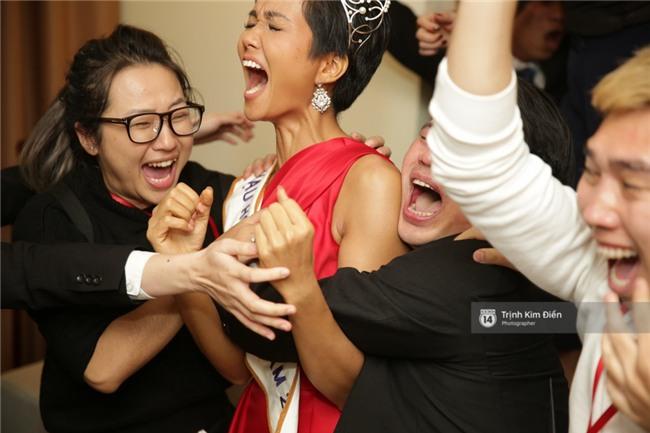 Clip: Hoa hậu HHen Niê hồi hộp, vỡ oà hạnh phúc trước chiến thắng của đội tuyển của U23 - Ảnh 16.