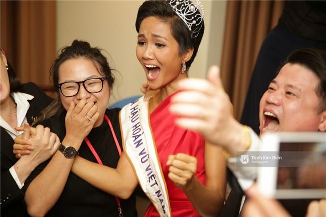 Clip: Hoa hậu HHen Niê hồi hộp, vỡ oà hạnh phúc trước chiến thắng của đội tuyển của U23 - Ảnh 17.