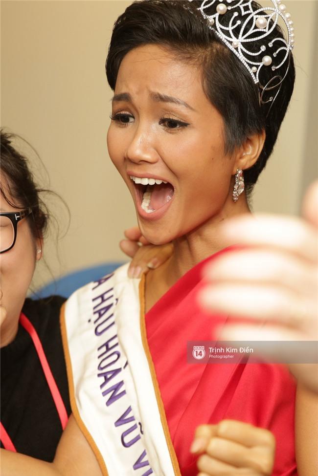 Clip: Hoa hậu HHen Niê hồi hộp, vỡ oà hạnh phúc trước chiến thắng của đội tuyển của U23 - Ảnh 18.