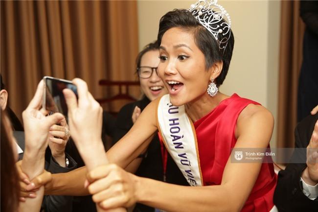 Clip: Hoa hậu HHen Niê hồi hộp, vỡ oà hạnh phúc trước chiến thắng của đội tuyển của U23 - Ảnh 19.