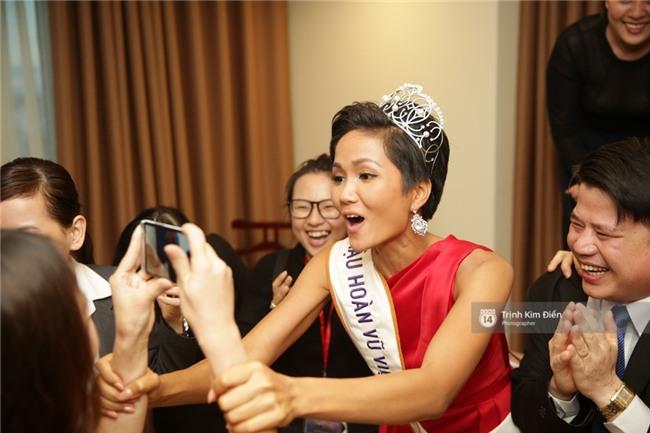 Clip: Hoa hậu HHen Niê hồi hộp, vỡ oà hạnh phúc trước chiến thắng của đội tuyển của U23 - Ảnh 20.