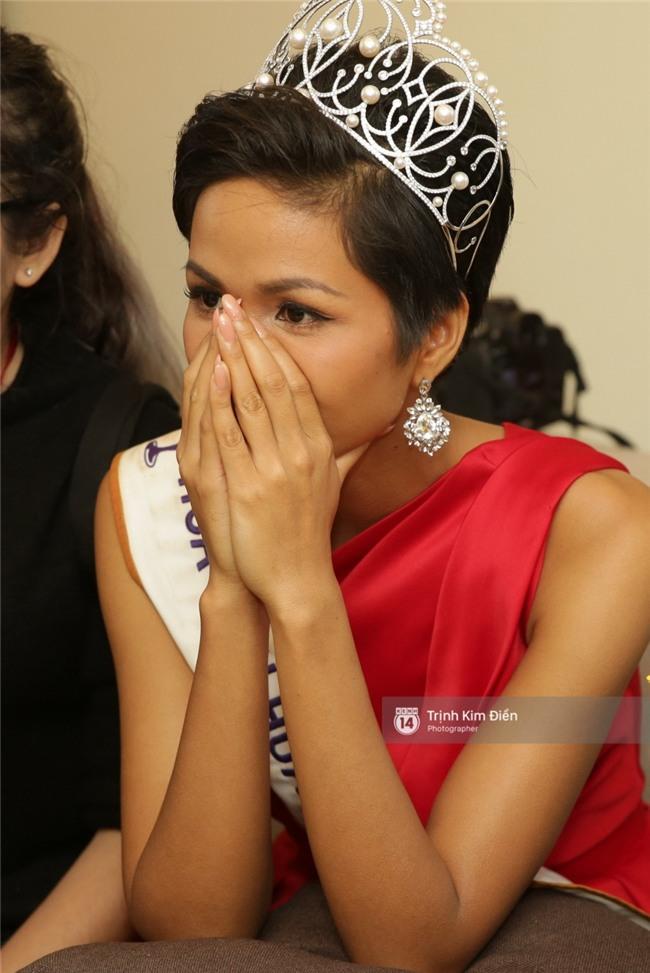 Clip: Hoa hậu HHen Niê hồi hộp, vỡ oà hạnh phúc trước chiến thắng của đội tuyển của U23 - Ảnh 3.
