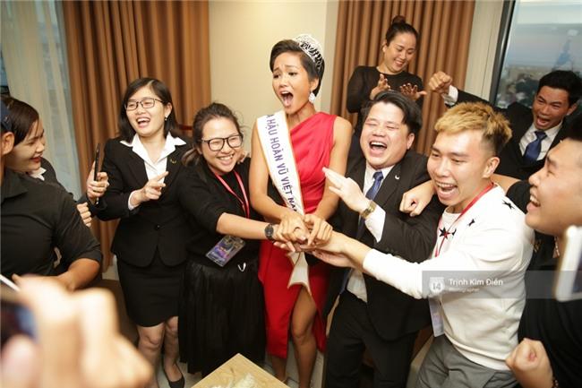 Clip: Hoa hậu HHen Niê hồi hộp, vỡ oà hạnh phúc trước chiến thắng của đội tuyển của U23 - Ảnh 21.