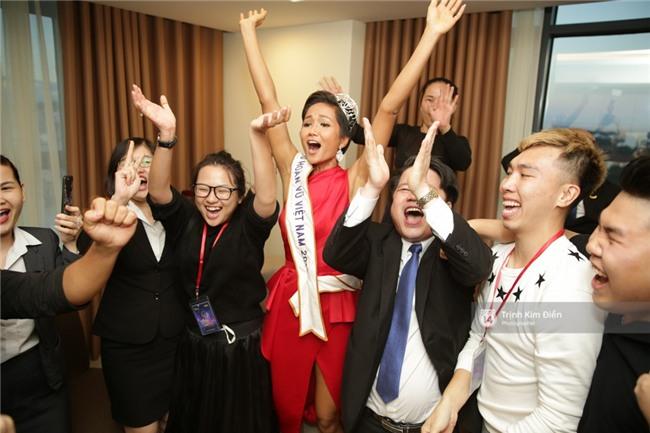 Clip: Hoa hậu HHen Niê hồi hộp, vỡ oà hạnh phúc trước chiến thắng của đội tuyển của U23 - Ảnh 22.
