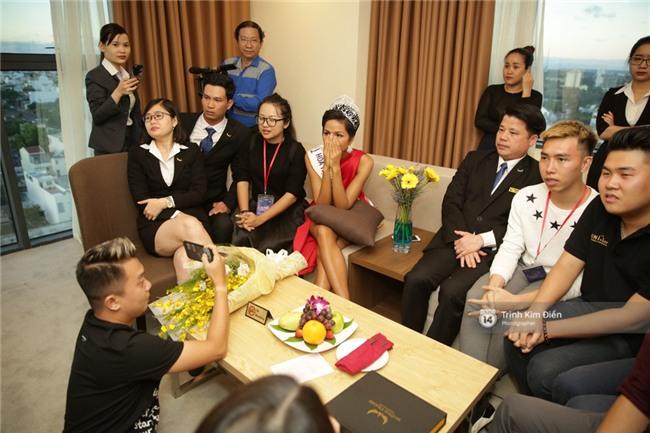 Clip: Hoa hậu HHen Niê hồi hộp, vỡ oà hạnh phúc trước chiến thắng của đội tuyển của U23 - Ảnh 4.