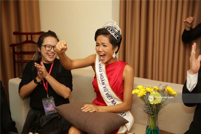 Clip: Hoa hậu HHen Niê hồi hộp, vỡ oà hạnh phúc trước chiến thắng của đội tuyển của U23 - Ảnh 5.