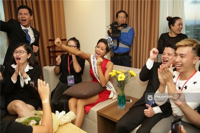 Clip: Hoa hậu HHen Niê hồi hộp, vỡ oà hạnh phúc trước chiến thắng của đội tuyển của U23 - Ảnh 6.