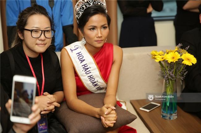 Clip: Hoa hậu HHen Niê hồi hộp, vỡ oà hạnh phúc trước chiến thắng của đội tuyển của U23 - Ảnh 7.