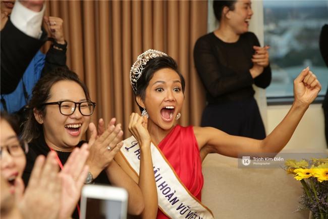Clip: Hoa hậu HHen Niê hồi hộp, vỡ oà hạnh phúc trước chiến thắng của đội tuyển của U23 - Ảnh 8.