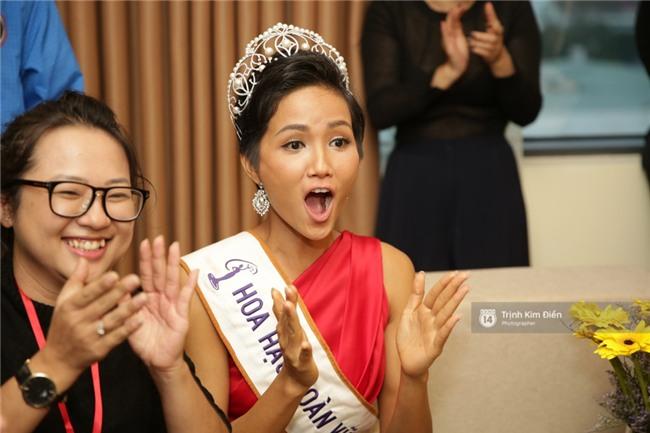 Clip: Hoa hậu HHen Niê hồi hộp, vỡ oà hạnh phúc trước chiến thắng của đội tuyển của U23 - Ảnh 9.