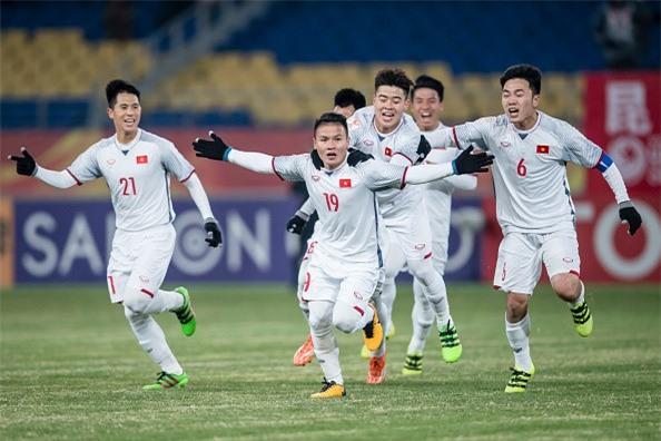 Sau màn penalty cân não giữa U23 Việt Nam và U23 Qatar, anh chàng vui quá ngất luôn tại chỗ - Ảnh 1.
