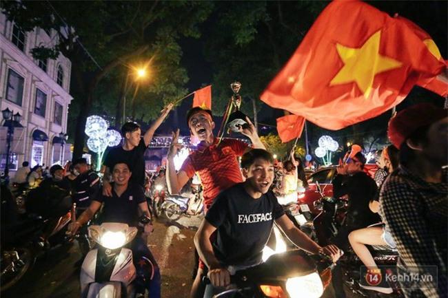 """Một đêm """"vui quên Tết"""" bởi U23 Việt Nam: Hôm nay ra đường, ai cũng dễ thương! - Ảnh 11."""