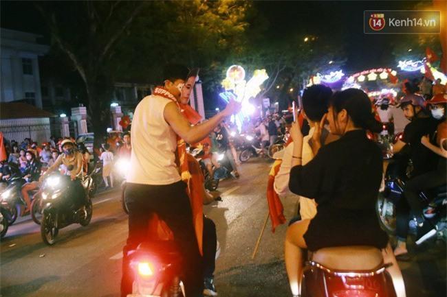 """Một đêm """"vui quên Tết"""" bởi U23 Việt Nam: Hôm nay ra đường, ai cũng dễ thương! - Ảnh 12."""