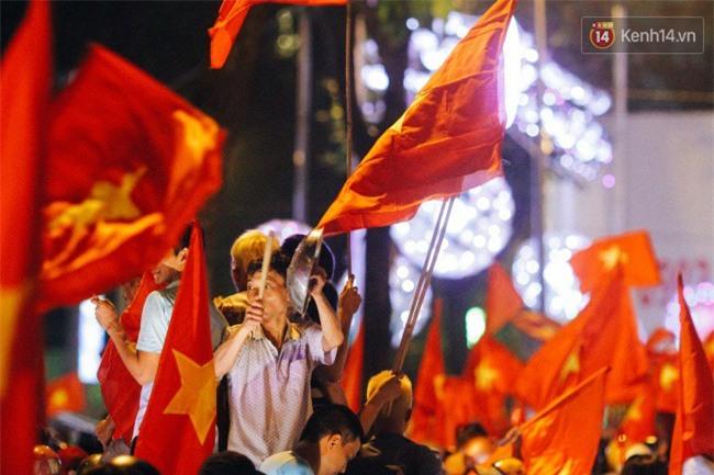 """Một đêm """"vui quên Tết"""" bởi U23 Việt Nam: Hôm nay ra đường, ai cũng dễ thương! - Ảnh 17."""