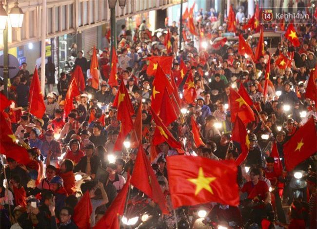 """Một đêm """"vui quên Tết"""" bởi U23 Việt Nam: Hôm nay ra đường, ai cũng dễ thương! - Ảnh 9."""
