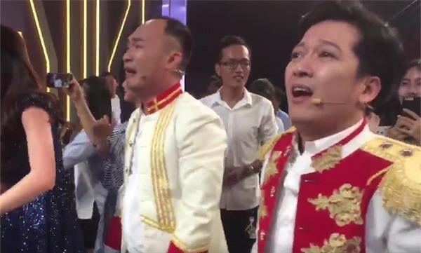 Đang diễn hài mà Trường Giang, Tiến Luật khóc tu tu như đứa trẻ khi chứng kiến U23 Việt Nam chiến thắng-1