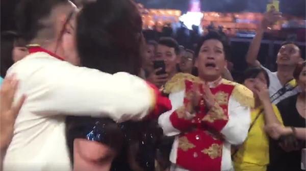 Đang diễn hài mà Trường Giang, Tiến Luật khóc tu tu như đứa trẻ khi chứng kiến U23 Việt Nam chiến thắng-2