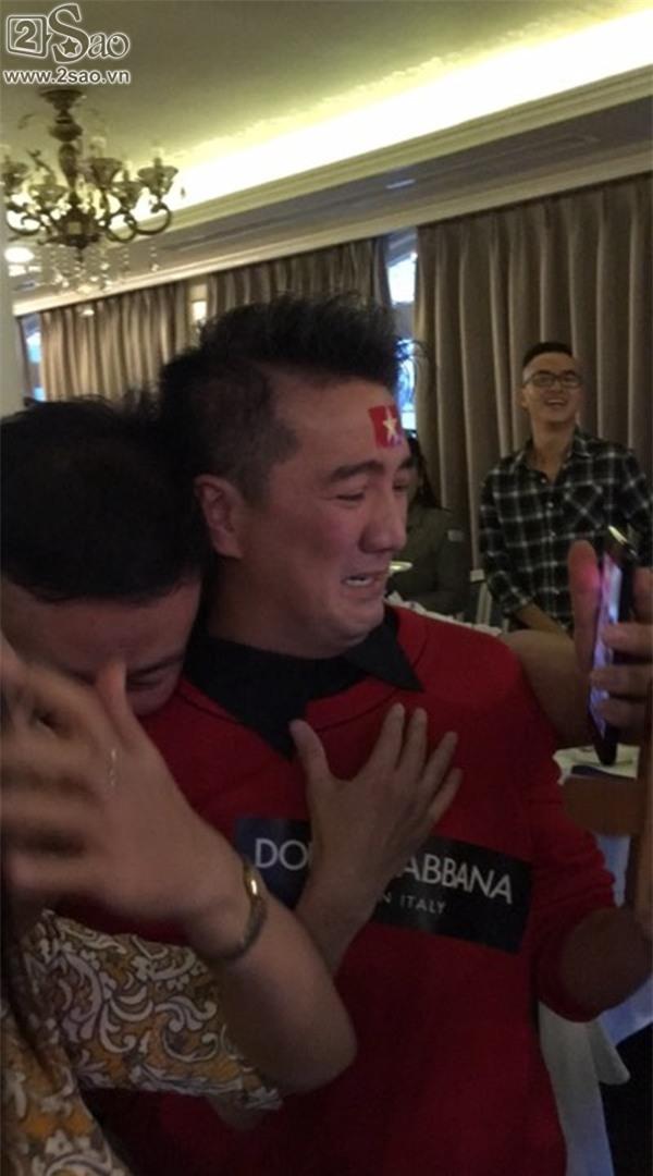 Mr Đàm dừng cả họp báo và khóc mếu máo khi U23 Việt Nam thắng Qatar-2