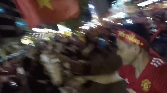 Clip: Những bà ngoại quẩy tưng bừng trên phố ăn mừng chiến thắng của đội tuyển U23 Việt Nam - Ảnh 2.