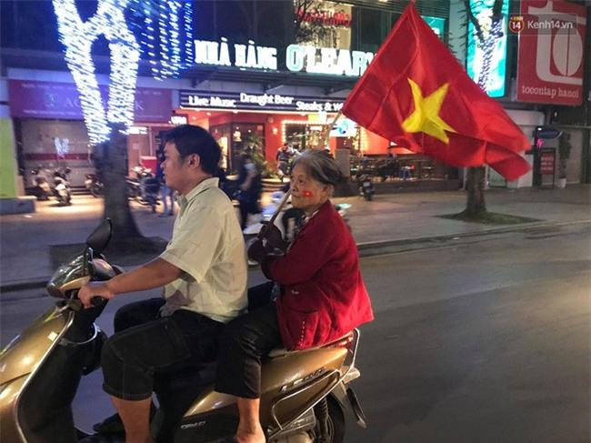 Clip: Những bà ngoại quẩy tưng bừng trên phố ăn mừng chiến thắng của đội tuyển U23 Việt Nam - Ảnh 3.