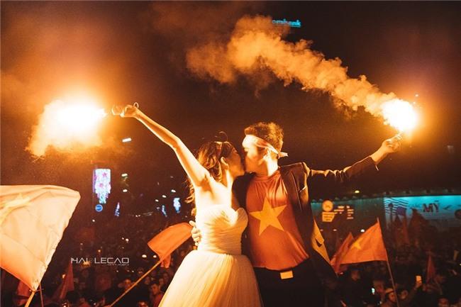 Cô dâu chú rể đi bão ăn mừng U23, nhân tiện chụp luôn ảnh cưới! - Ảnh 4.