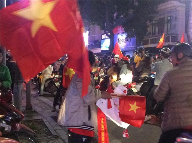 200k một lá cờ vẫn đầy người mua trong đêm U23 Việt Nam chiến thắng địa chấn trước Iraq - Ảnh 2.