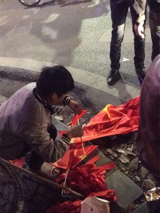 200k một lá cờ vẫn đầy người mua trong đêm U23 Việt Nam chiến thắng địa chấn trước Iraq - Ảnh 3.