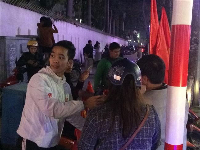 200k một lá cờ vẫn đầy người mua trong đêm U23 Việt Nam chiến thắng địa chấn trước Iraq - Ảnh 4.