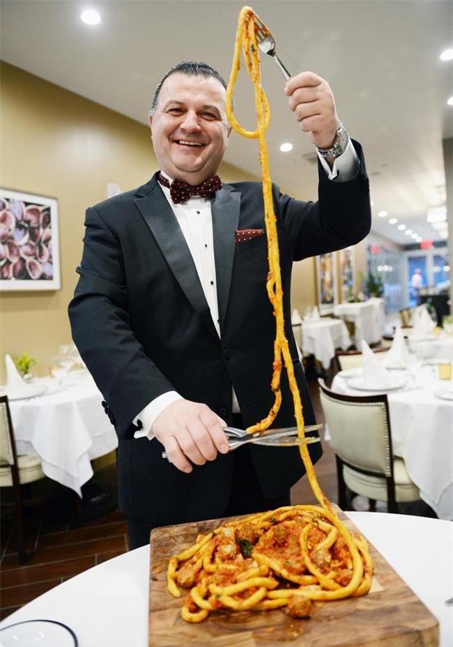 Choáng váng với món mì Ý dài tới 9m, phải dùng kéo cắt mới ăn được-2