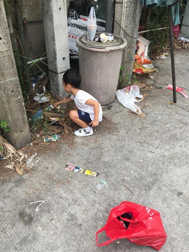 Người mẹ bắt con trai 5 tuổi đi nhặt rác và bài học khiến các bậc phụ huynh ngưỡng mộ - Ảnh 2.