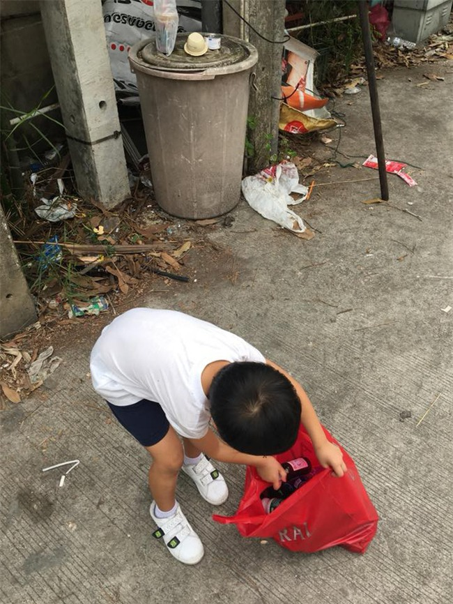 Người mẹ bắt con trai 5 tuổi đi nhặt rác và bài học khiến các bậc phụ huynh ngưỡng mộ - Ảnh 3.