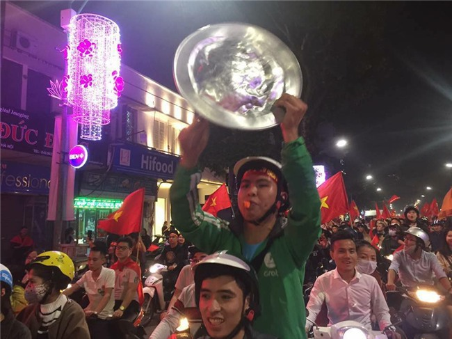 Cư dân mạng kiểm kê thiệt hại về xoong chảo sau đêm ăn mừng chiến thắng của U23 Việt Nam - Ảnh 17.