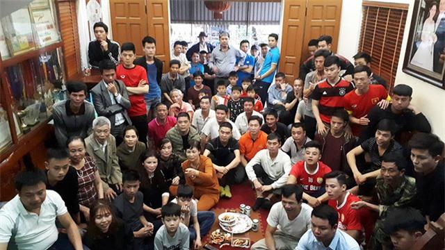 Rất đông bà con hàng xóm ở thôn Đường Nhạn sang nhà bố mẹ cầu thủ Quang Hải để cổ vũ, chiều ngày 23/1
