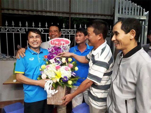 Nhiều người đến tặng hoa chúc mừng gia đình ông Nguyễn Quang Thuần (bố cầu thủ Quang Hải) với chiến thắng của Quang Hải cùng đội tuyển U23 Việt Nam
