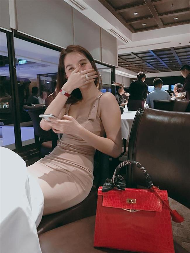 Ngọc Trinh gửi những nụ hôn rực rỡ tới đội tuyển U23 Việt Nam-2