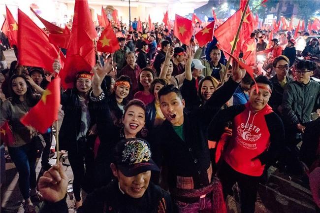 Ngọc Trinh gửi những nụ hôn rực rỡ tới đội tuyển U23 Việt Nam-8