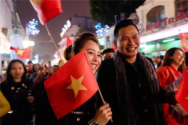 Ngọc Trinh gửi những nụ hôn rực rỡ tới đội tuyển U23 Việt Nam-9