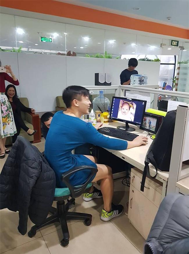 Việt Nam nói là làm: U23 thì đã thắng còn anh chàng này sáng nay đã phải mặc váy catwalk dọc văn phòng công ty - Ảnh 2.