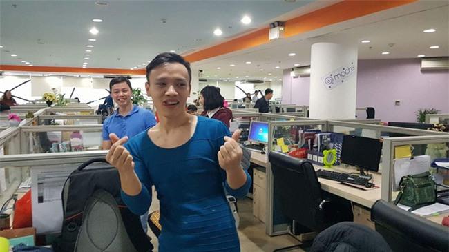 Việt Nam nói là làm: U23 thì đã thắng còn anh chàng này sáng nay đã phải mặc váy catwalk dọc văn phòng công ty - Ảnh 4.