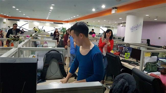 Việt Nam nói là làm: U23 thì đã thắng còn anh chàng này sáng nay đã phải mặc váy catwalk dọc văn phòng công ty - Ảnh 5.